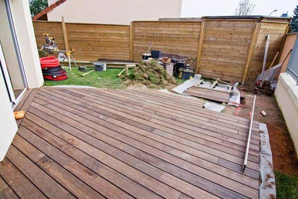 pose terrasse bois sur cailloux